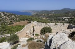 Ruínas do castelo medieval de Kastellos com uma vista bonita da baía e das montanhas Imagens de Stock Royalty Free