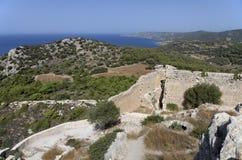 Ruínas do castelo medieval de Kastellos com uma vista bonita da baía e das montanhas Fotografia de Stock Royalty Free