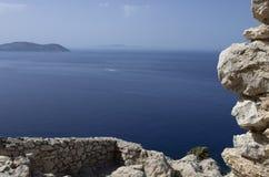 Ruínas do castelo medieval de Kastellos com uma vista bonita do mar azul Foto de Stock
