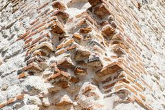 Ruínas do castelo medieval velho tijolo fortificado da parede e do detalhe da torre foto de stock