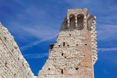 Ruínas do castelo medieval velho tijolo fortificado da parede e do detalhe da torre fotografia de stock