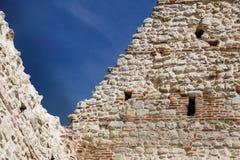 Ruínas do castelo medieval velho tijolo fortificado da parede e do detalhe da torre imagens de stock royalty free