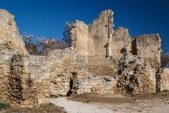 Ruínas do castelo que está sobre da vila pitoresca fotos de stock royalty free