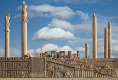 Ruínas do local do patrimônio mundial do UNESCO de Persepolis contra o céu azul nebuloso em Shiraz City de Irã Fotografia de Stock