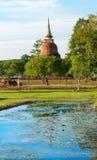 Ruínas do stupa ou do chedi budista no parque histórico de Sukhothai dentro Fotografia de Stock