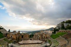 Ruínas do teatro do grego clássico de Taormina, Sicília o Etna Fotos de Stock