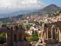 Ruínas do teatro do grego clássico e da vista de Taormina, Sicília Imagens de Stock Royalty Free