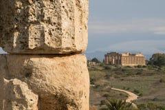 Ruínas do templo antigo na distância Imagem de Stock