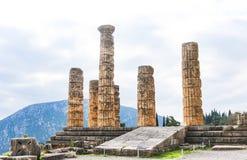 Ruínas do templo de Apollo em Dephi onde os oráculos prophesied durante o grego clássico e as épocas romanas altamente acima nas  imagens de stock