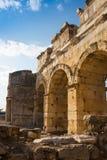 Ruínas do templo de Appollo com a fortaleza na parte traseira em Corinth antigo, Peloponnese, Grécia imagem de stock royalty free