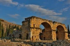 Ruínas do templo de Appollo com a fortaleza na parte traseira em Corinth antigo, Peloponnese, Grécia imagens de stock