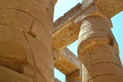 Ruínas do templo de Karnak Opinião próxima das colunas foto de stock