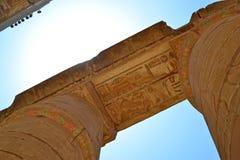 Ruínas do templo de Karnak Opinião próxima das colunas fotografia de stock royalty free