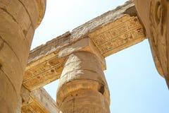 Ruínas do templo de Karnak Opinião próxima das colunas imagens de stock