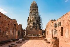 Ruínas do templo de Wat Ratchaburana com turistas Fotos de Stock Royalty Free