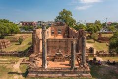 Ruínas do templo de Wat Ratchaburana com turistas Fotografia de Stock