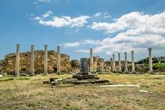 Ruínas e colunas antigas na cidade antiga dos salames em Fama imagens de stock royalty free