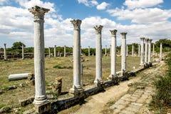 Ruínas e colunas antigas na cidade antiga dos salames em Fama fotos de stock royalty free
