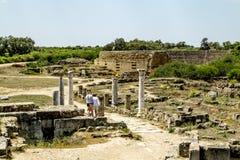 Ruínas e colunas antigas na cidade antiga dos salames em Fama Imagem de Stock