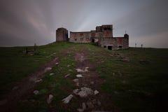 Ruínas escuras velhas do castelo imagens de stock royalty free