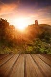 Ruínas mágicas do castelo da fantasia romântica contra s vibrante impressionante fotografia de stock