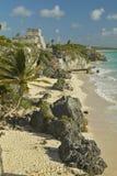 Ruínas maias de Ruinas de Tulum (ruínas de Tulum) em Quintana Roo, México El Castillo é representado na ruína maia no Iucatão Pen Imagens de Stock