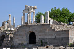 Ruínas na cidade do grego clássico de Pergamon ou de Pergamum em Aeolis, agora perto de Bergama, Turquia Fotografia de Stock