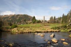 Ruínas no vale de Glendalough, montanhas parque nacional do ` s Monastary do St Kevin de Wicklow, Irlanda de Wicklow Fotografia de Stock