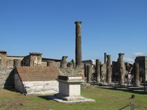 Ruínas romanas antigas de Pompeia - paredes e colunas de Pompeia Scavi Imagens de Stock