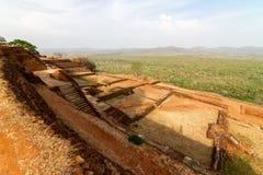 Ruínas sobre o palácio da rocha do leão de Sigiriya Foto de Stock