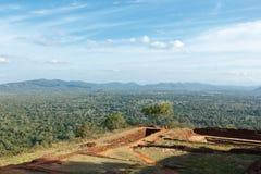 Ruínas sobre a rocha de Sigiriya Imagens de Stock