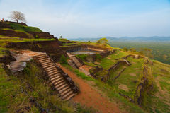 Ruínas Terraced da cimeira da parte superior da rocha de Sigiriya Fotos de Stock