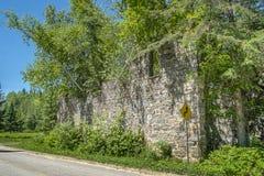 Ruínas velhas da parede de pedra imagem de stock