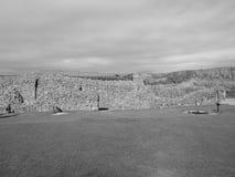 Ruínas velhas do castelo de Sarum em Salisbúria em preto e branco fotografia de stock royalty free