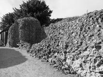 Ruínas velhas do castelo de Sarum em Salisbúria em preto e branco fotos de stock