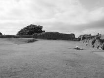Ruínas velhas do castelo de Sarum em Salisbúria em preto e branco imagem de stock