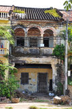 Ruïne van de Kampot de Franse koloniale architectuur, Kambodja stock afbeelding