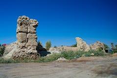 Ruïne van de muur bij de archeologische plaats van Al Aqiser dichtbij Shithathah-stad bij Al Mardh-oase dichtbij Karbala, Irak royalty-vrije stock afbeeldingen