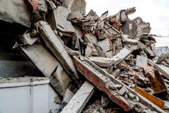 Ruïne van de vernietigde bouw stock afbeeldingen