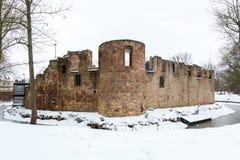 Ruïne van waterkasteel Slechte Vilbel in de winter stock fotografie