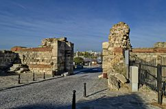 Ruïne van Westelijke vestingwerkmuur en ingang in oude stad Nessebar of Mesembria op de kust van de Zwarte Zee royalty-vrije stock fotografie