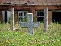 Ruïneert dichtbij een verlaten oude begraafplaats stock afbeeldingen