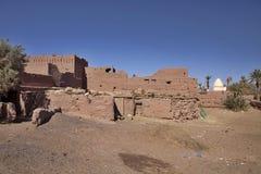 Ruïneert Graf in Kasbah dichtbij de Donkere paren op de achtergrond van een graf in Marokko Stock Foto