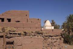 Ruïneert Graf in Kasbah dichtbij de Donkere paren op de achtergrond van een graf in Marokko Royalty-vrije Stock Fotografie