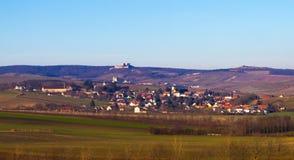 Ruïnes boven het dorp Stock Foto