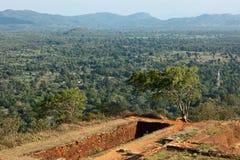 Ruïnes bovenop rots Sigiriya Stock Fotografie