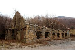 Ruïnes die van het steenhuis met bomen van binnenuit de groeien Royalty-vrije Stock Afbeeldingen