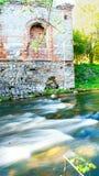 Ruïnes door de rivier in het bos Royalty-vrije Stock Afbeelding
