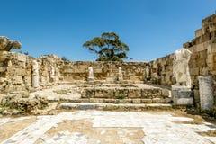 Ruïnes en antieke standbeelden in de oude stad van Salami in Fama Stock Afbeelding