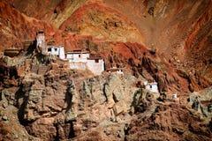 Ruïnes en Basgo-Klooster met stenen en rotsen, Ladakh wordt omringd die Stock Afbeeldingen